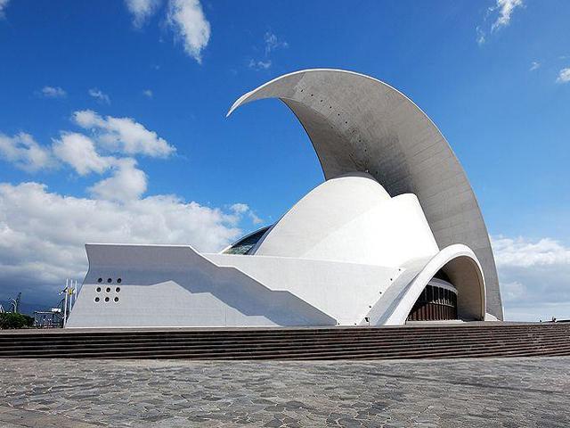 . Архитектором этого здания был Сантьяго Калатрава.  Внешне Концерт-холл напоминает Сиднейский оперный театр.