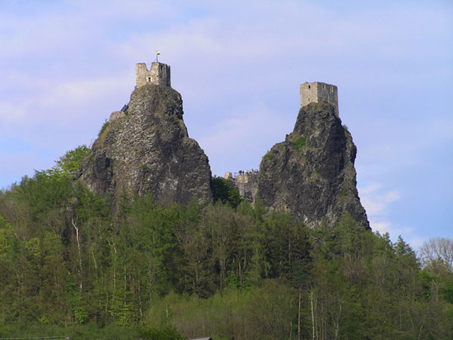 Среди широкой равнины к небу взмывают два базальтовых столба, наверху у каждого из которых расположились башни крепости Троски.