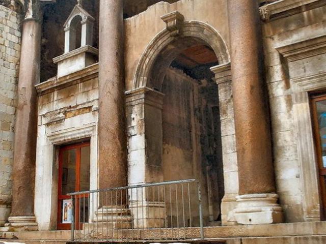 Его главной особенностью можно назвать тот факт, что в его стенах прекрасно сочетаются разнообразные стили, традиции и народности. Здесь можно увидеть полностью сохранившиеся средневековые постройки и настоящие огромные римские галереи.