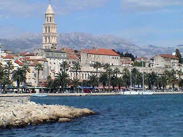 . Дворец был построен на честь императора Диоклетиана, который, отрекшись престола, вернулся на свою родину (Далмацию).