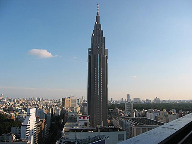 В ознаменовании юбилея владелец небоскреба компания НТТ ДоКоМо, решила установить на здание часы диаметром около  15 метров, и они были введены в эксплуатацию в конце 2002 года.