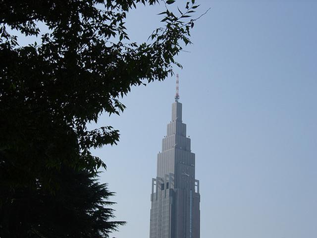 В здании есть система повторного использования дождевой воды для туалетных комнат небоскреба.