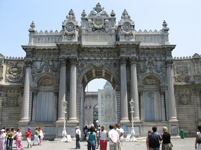 Дворец включает в себя женскую, мужскую и официальную часть, и пересечение установленных границ пресекалось и наказывалось.