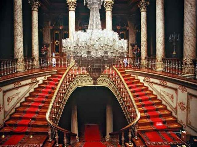 Русский художник Айвазовский написал около 20 картин для этого дворца.