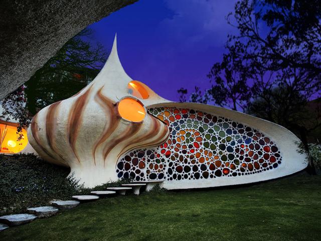 Стены проекта визуально порождают эффект раковины наутилуса. Люди, словно моллюски, могут перемещаться от одной камеры к другой.