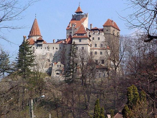 Построила замок в 1212 году, недалеко от небольшого городка Брашов, ассоциация румынских купцов. Главной целью постройки была защита экспедиций и караванов от разбойников, что жили в ущелье Рукар-Бран. Замок Бран, который был по-настоящему красив и великолепен, подарили жители города королеве Марии Румынской, которая отдала его своей дочери. В 1948 году, когда в Румынию пришли войска из Советского Союза, королевская семья была изгнана.