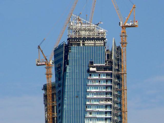 Благодаря последним технологиям и новинкам в архитектуре и строительстве, вращающаяся башня как бы ввинчивается в небо. Конечно, многие туристы считают, что это достаточно необычно и неудобно. Но она является уже третьей версией такого небоскреба.