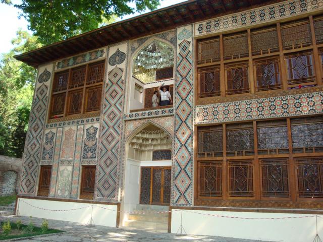 Это Дворец Шекинских ханов, возведенный без единого гвоздя. Строился он, как летняя резиденция для Гусейн-хана Муштада.