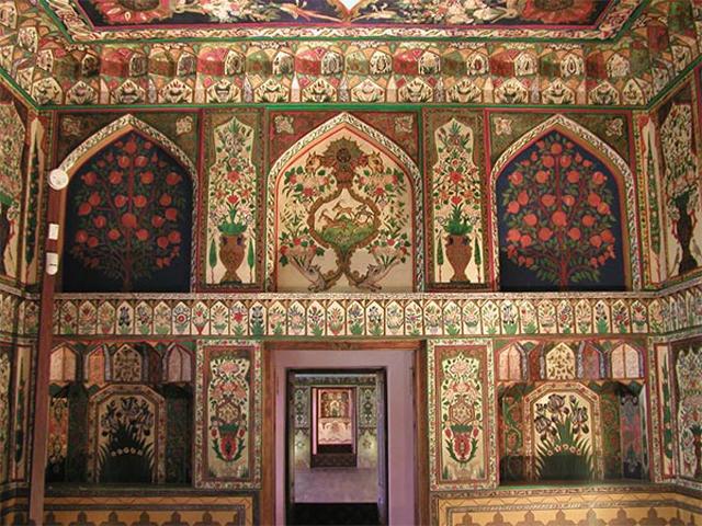На стенах и потолках росписи, изображающие причудливых птиц, цветы и растения, двери и окна собраны искусно из кусочков дерева.