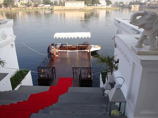 Все стены дворца окружены водой озера, а внутри уютно расположились фонтаны, дворики, искусственные острова и озера.