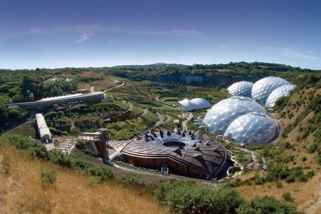 Внутри каждого биома, (сооружения специально придуманного для поддержания определенной температуры и влажности, необходимой для растений) находятся растения, которые были собраны со всего мира.