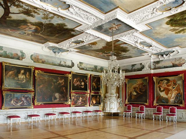 Особенно интересно в Зале Планет, где можно полюбоваться фресками с астрологическими изображениями, в оранжереях. Постройка была завершена в 1635 году, а отделку закончили уже после смерти Эггенберга.