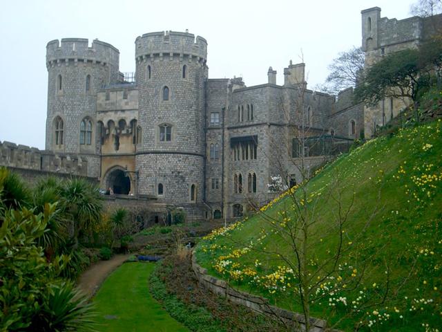 Короли и королевы сменяли на английском престоле друг друга, но Виндзорский замок оставался самым любимым местом обитания королевских семей. Каждый из монархов переделывал замок в соответствии со своими вкусами.
