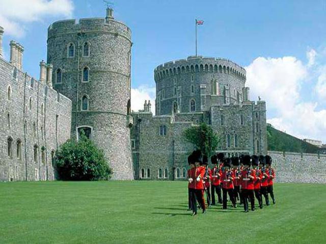 У многих знакомство с Великобританией начинается с Виндзора – замок отчетливо виден в ясную погоду во время посадки в аэропорту Хитроу. После увиденного непременно возникает желание рассмотреть его поближе. Этому ничего не препятствует, ведь, благодаря желанию ее Величества королевы Елизаветы, замок открыл свои врата для посетителей.
