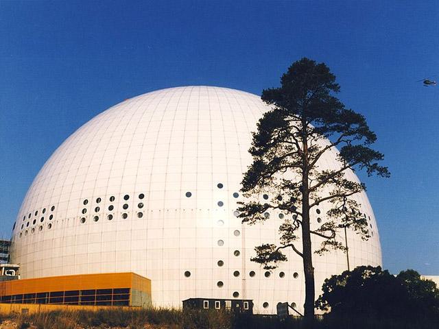 На территории столицы Швеции, города Стокгольм, можно увидеть один из самых захватывающих и красивых спортивных центров Европы – Эрикссон Глоуб (ранее известен, как Глобен-Арена). Главной особенностью этого сооружения является тот факт, что оно считается самым огромным зданием в форме сферы.