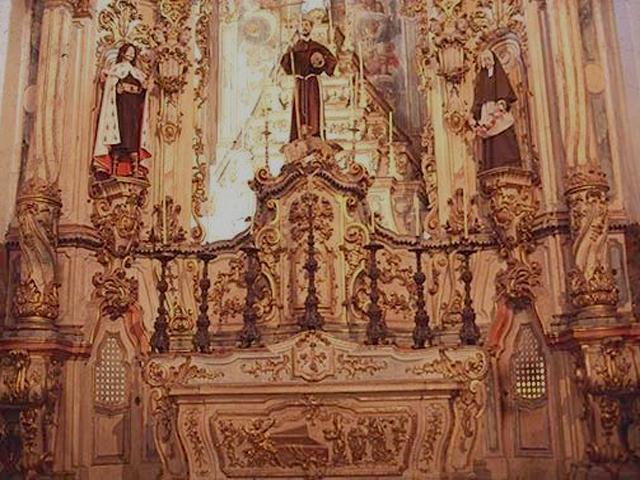 Интерьер церкви имеет богатые резные украшения из позолоченного дерева, прекрасные статуи и картины, изображающие святых и сцены из библейских сюжетов.