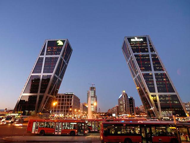 Это был первый проект, предполагающий строительство небоскребов под углом. Тем не менее, башни уверенно стоят до сих пор. На каждой башне есть вертолетная площадка, одна - синего, а другая - красного цвета.