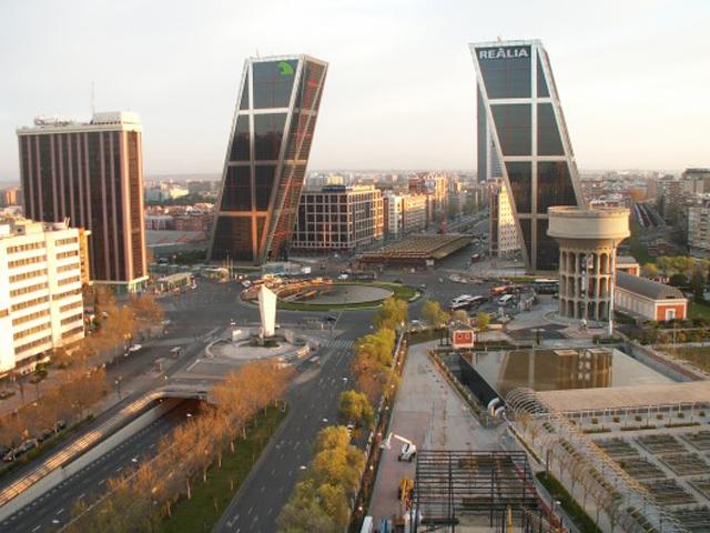Открытие башен-близнецов состоялось в 1996 году, и с того времени они остаются настоящим шедевром технической и инженерной мысли. Это был первый проект, предполагающий строительство небоскребов под углом.