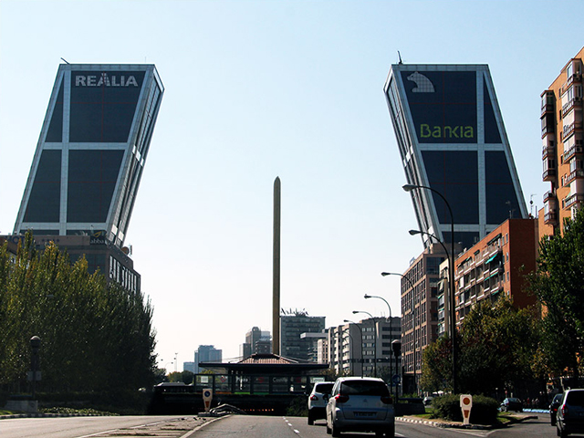 Кроме своей технической и визуальной уникальности башни-близнецы известны и скандалом вокруг них. Финансист этого проекта Хавьера де ла Росу признан виновным в утере более 350 миллионов евро и отбывал срок в тюрьме за коррупционные действия.