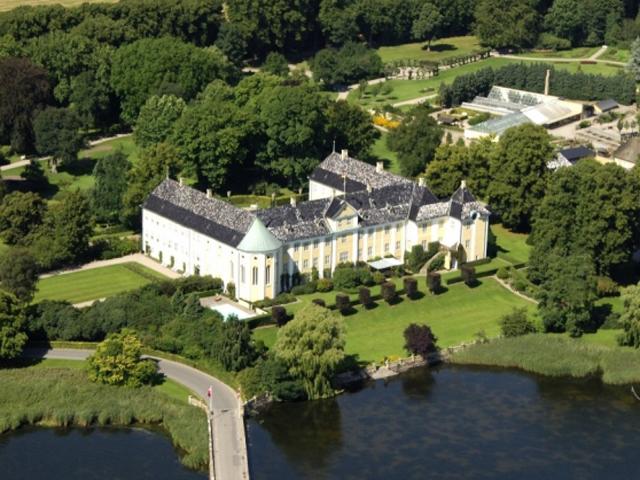 Гавнё-замок – по-настоящему удивительное сооружение. Первые упоминания о нём относятся к XIII веку, когда король Вольдемар называл его своим домом на острове.