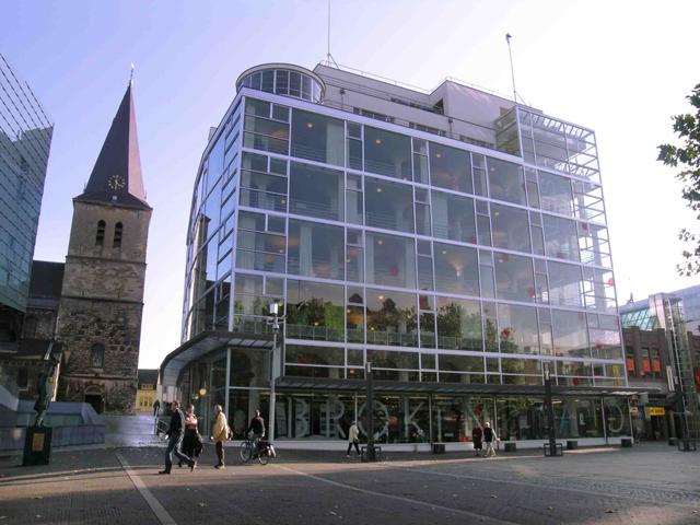 Стеклянный дворец или Glaspaleis является национальным памятником архитектуры и культуры. Именитые проектанты из Международного союза считают, что его можно внести в список тысячи самых лучших и уникальных зданий во всем мире.