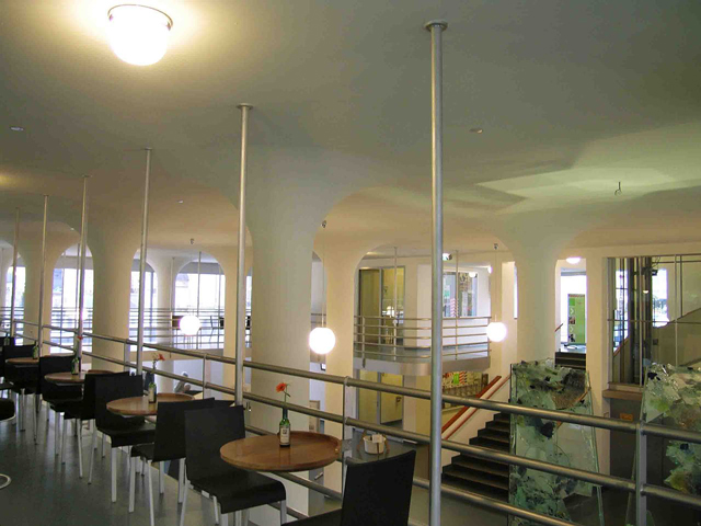 Построили Glaspaleis по инициативе торговца тканями, Питера Шунка, одержимого идеей создать универмаг, который мог бы составить конкуренцию именитым архитектурным шедеврам.