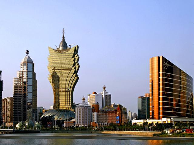 Архитектор создал здание в образе цветка, возвышающегося на огромном постаменте.