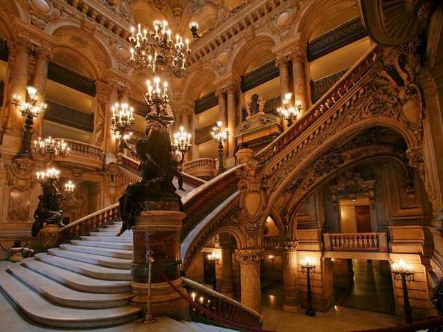 Вскоре это место решили переименовать, ведь здание было по-настоящему величественным, и назвали Парижский Национальный Театр Оперы. Одиннадцать лет сооружение носило это имя, пока его снова не переименовали на честь архитектора, что задумал этот проект.