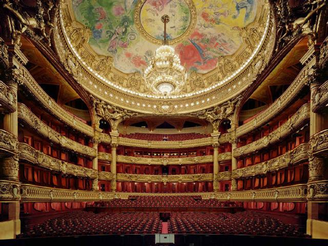 Дворец создавали по приказу и инициативе Наполеона III. Тогда, по итогам конкурса выиграл Шарль Гарнье. Несмотря на желание императора, театр строили не без проблем, ведь возведение совершалось урывками.