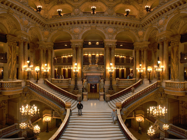 Туристы, которые приезжают в Париж, чтобы увидеть его архитектурные шедевры, обязательно должны посетить Гранд Оперу, которая стала символом города.