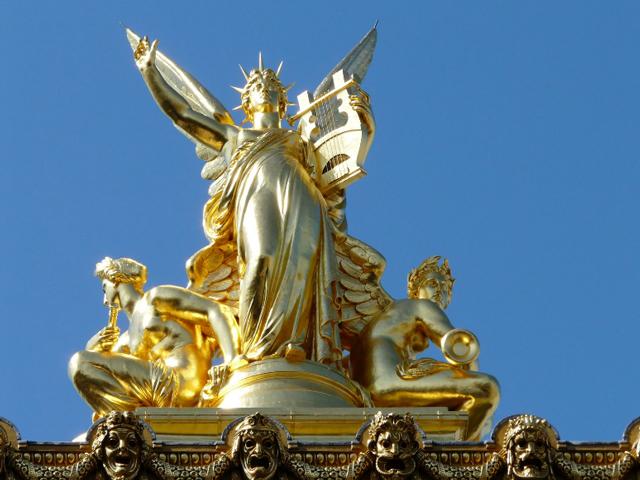 Дворец притягивает к себе взгляды прохожих, ведь украшен многочисленными декорированными элементами и скульптурами.
