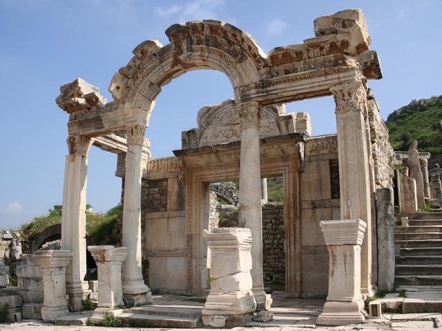 Часть Эфеса, которая представляется публике – это огромная площадь, обнесенная забором и, по сути, являющаяся памятником старины под открытым небом.