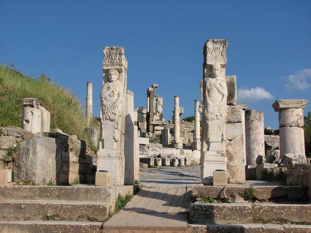 Чем дальше от Эфеса, тем менее хорошо сохранились памятники истории, но можно сказать с уверенностью, что оставшиеся имеют настоящую историческую ценность, и всегда будут привлекать туристов со всего света.
