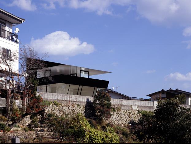 Облицовка дома выполнена футуристичным материалом. Он блестит и водонепроницаем.
