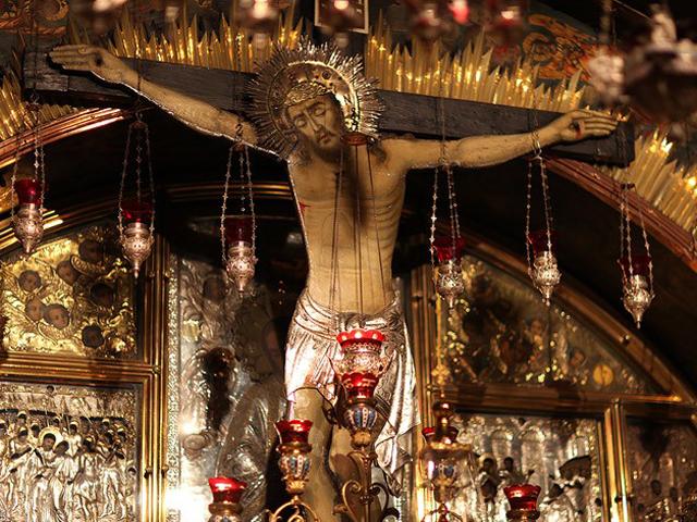 Церковь многое пережила, переходя из рук в руки. Каждый из владельцев, будь то византийцы, крестоносцы или современные конфессии, стремился украсить ее на свой вкус. Но эти перипетии не сказались на святости храма. Большинство паломников старается приехать сюда на праздник Пасхи, когда сходит Святой Огонь – явление, которому нет объяснений. Поездка в эти святые места приносит радость и душевное очищение каждому христианину.