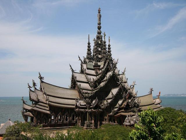 Храм Истины – это удивительное деревянное здание, которое расположено на территории Паттайи. Его высота составляет более ста метров, поэтому он считается самым высоким сооружением из дерева во всем мире.