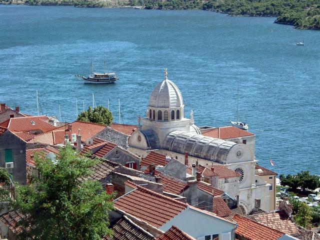 В отличие от других похожих населенных пунктов, что были основаны на побережье другими народностями, его построили местные племена. Несмотря на это, Шибеник может похвастаться огромным количеством самых разнообразных средневековых архитектурных памятников. Особое значение для жителей Хорватии имеет Собор св. Иакова.