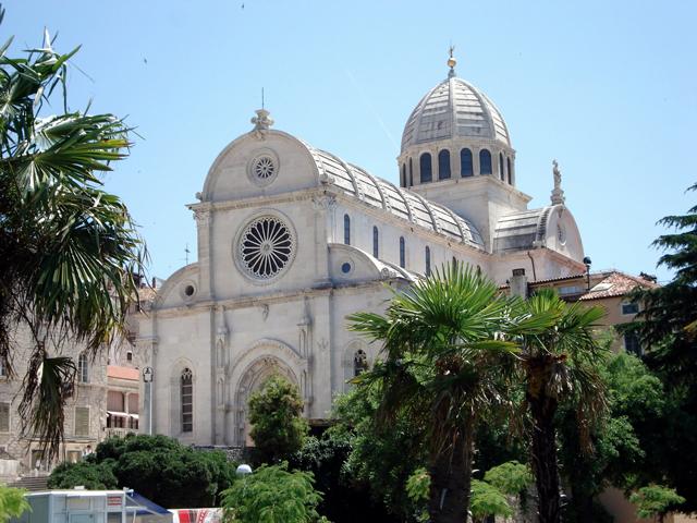 В XIII столетии Шибеник стал городом и в честь этого здесь решили построить величественный и уникальный католический храм. Его воздвигали итальянские мастера, но в 1444 году к ним присоединился известный в то время архитектор Юрай Далматинац из Хорватии.