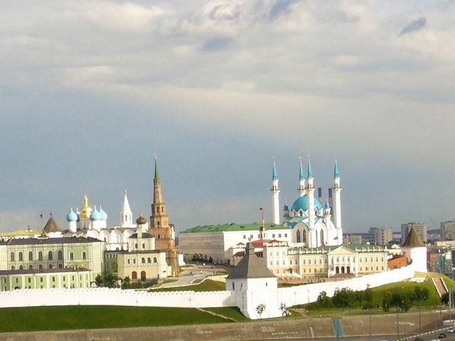 Кремль является настоящим историческим центром Казани, который создавали на протяжении многих тысячелетий. Располагается комплекс на берегу живописной реки Казанки, которая делает его еще более необычным. Кремль был настоящей крепостью, которую было очень трудно взять штурмом.