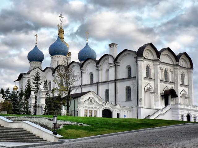 До того, как Казань была завоевана Иваном Грозным, крепость представляла собой деревянное сооружение. Только в XVI столетии создали каменные стены и башни, что сделали Кремль еще более устрашающим для врагов.