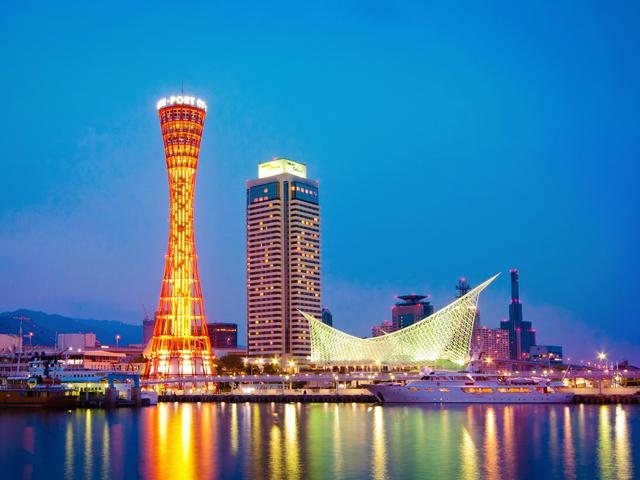 Ночью эта башня выглядит по-особенному волшебно: уникальный дизайн небоскрёба подчёркивает мерцающая иллюминация из многочисленных огней и световых эффектов.