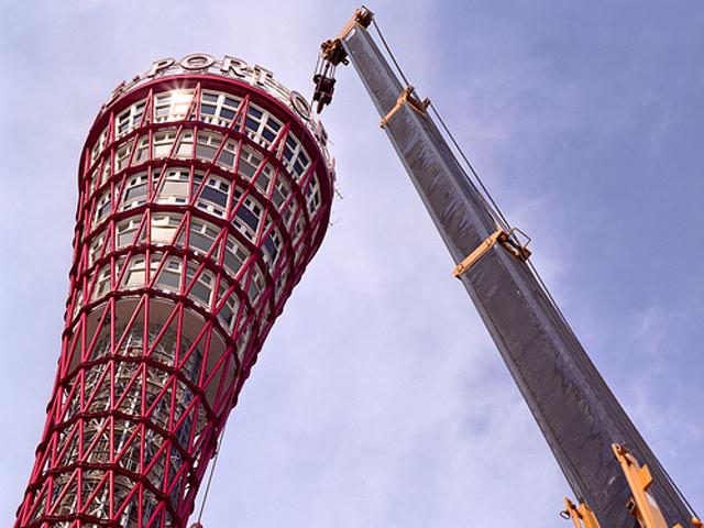 Внешне сооружение сделано из решетчатой конструкции, взмывающей вверх и расширяющейся на высоте. С обзорной площадки, расположившейся на высоте около 90 метров, открывается потрясающая панорама залива и близлежащих окрестностей.