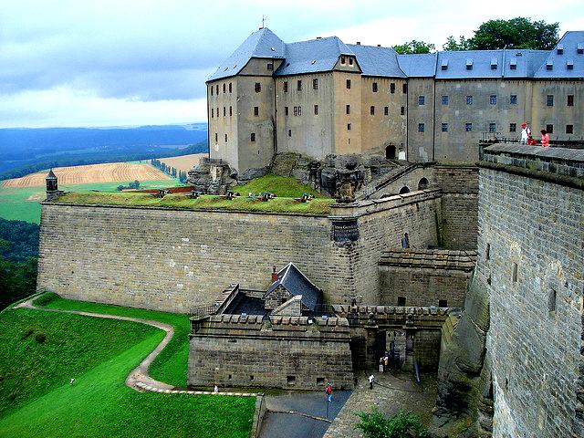 Эта немецкая достопримечательность, расположенная недалеко от Дрездена, на горах Саксонской Швейцарии, привлекает более полумиллиона туристов ежегодно.