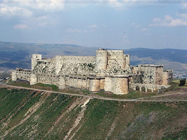 Замок построили недалеко от дороги, которая вела из Сирии в города возле Средиземного моря, поэтому он считался очень важным в стратегическом планировании. Он был возведен крестоносцами еще во времена первых хроник мусульман.