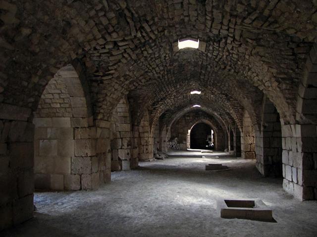 Сначала в здании находился курдский гарнизон, позже его захватили войска француза Раймона Сен-Жильского. Желание захватить Священный город заставило крестоносцев двинуться дальше в путь, поэтому Крак де Шевалье остался пустым. Крепость снова отошла в руки франкского гарнизона всего лишь в 1110 году.