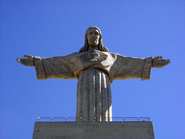Памятник поставили на этом месте в период Второй мировой войны, хотя сама Португалия в ней участия не приняла. В 1940 году местные епископы решили, что, если страну не втянут в военные действия, в городе воздвигнут величественный монумент во славу Христа Спасителя, который будет вечно охранять Лиссабон.