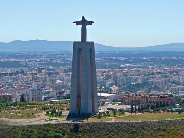 Статуя представляет собой фигуру Иисуса, которая с любовью и нежностью смотрит на горожан с огромной высоты.