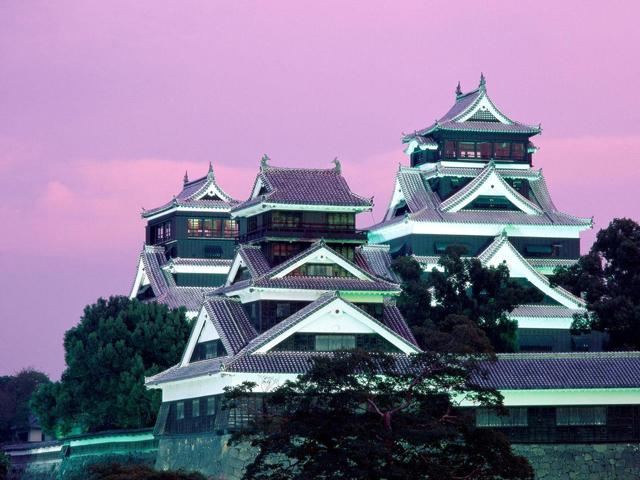 В конце XIX века часть замка была сожжена во время Сацумского восстания. В тот период Кумамото был одним из крупнейших сооружений, но даже после проведения реконструкции с восстановлением главной башни и сокращением площади в 1960 году его площадь составляет чуть более 750 тысяч м², что тоже немало.