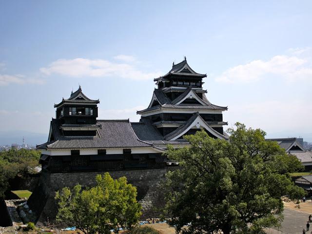 Изначально замок стал располагаться на территории форта, возведённого в конце XV века. Через полтора столетия было решено расширить и перестроить сооружение, создав огромнейший замковый комплекс.