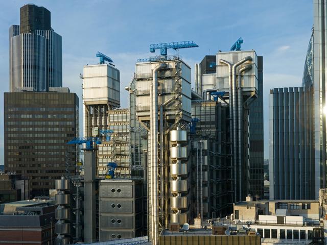 Здание в высоту достигает 88 метров. Когда велась стройка, над зданием возвышались строительные 95-метровые краны. После завершения работ их решили оставить для украшения сооружения.